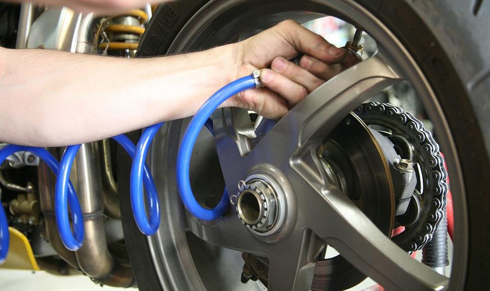 Quelle pression pour des pneus de moto